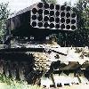 ТЯЖЕЛАЯ ОГНЕМЕТНАЯ СИСТЕМА ТОС-1 предназначена для комплексного поражения целей за счет воздействия высоких температур и избыточного давления. ТОС-1 может действовать в различных видах наступательного и оборонительного боя для непосредственной огневой поддержки мотопехоты и танков, передвигаясь в их боевых порядках, поражать атакующую живую силу противника с открытых и закрытых огневых позиций, создавать очаги пожаров на местности. В состав системы ТОС-1 входят: боевая машина (БМ), неуправляемые реактивные снаряды (НУРС) и транспортно-заряжающая машина (ТЗМ). Основные тактико-технические характеристики БМ ТОС-1: масса 42 тонны; вооружение 30- ствольная пусковая установка; дальность стрельбы минимальная 400 - 600 метров, максимальная 3500 метров. Боевая машина представляет собой пусковую установку, смонтированную на шасси танка. Она состоит из шасси, поворотной платформы с качающейся частью пусковой установки, силовых следящих приводов и системы управления огнем. Качающаяся часть пусковой установки имеет 30 направляющих труб для НУРС, установленных в общем корпусе с люлькой, через ось цапф она соединяется с рычагами поворотной платформы. Наведение пусковой установки на цель в горизонтальной и вертикальной плоскостях производится силовыми следящими приводами. Система управления огнем состоит из прицела, квантового дальномера, баллистического вычислителя и датчика крена. Неуправляемый реактивный снаряд состоит из головной части с наполнителем и взрывателем и ракетной части на твердом топливе. Транспортно-заряжающая машина предназначена для транспортировки НУРС, заряжания и разряжания пусковой установки. ТЗМ собрана на шасси грузового автомобиля повышенной проходимости и имеет погрузочно-разгрузочное устройство.