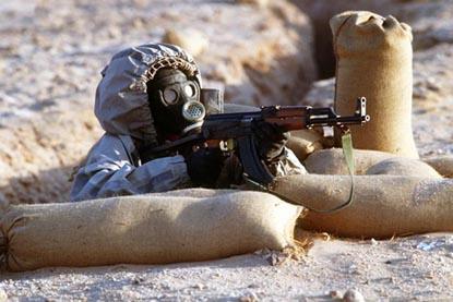 солдат в защитной одежде